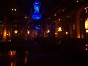På Harrys i Helsingborg färgas kristallkronorna med LED-belysning.