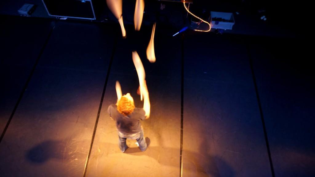 ljus för cirkusartister med hjälp av främst parkannor